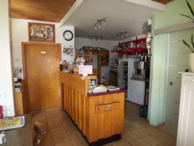 Thekenbereich mit Zugang zur Küche