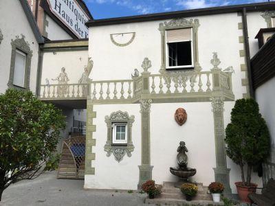 der Innenhof, Fassade ebenfalls handbemalt