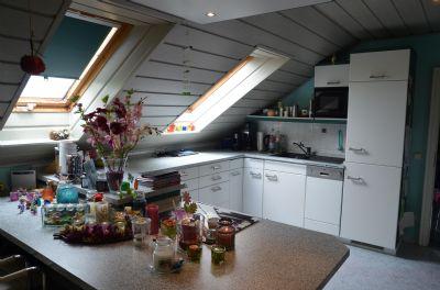 Moderne, gut integrierte Küche mit Essplatz im DG