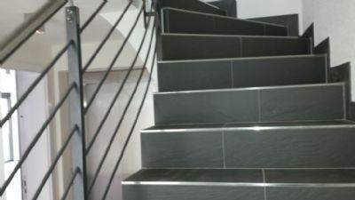 Treppenaufgang und Aufzug im Flurbereich