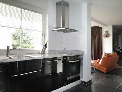 Blick von Küche in den Wohnbereich