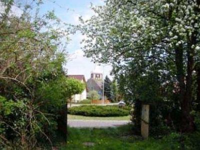 Ausblick vom Hoftor auf die Werbener Kirche