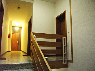 Treppe zur Eing.tür u. Flur n. hi.
