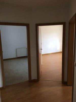 Blick vom Flur in Küche und Wohnzimmer (rechts)