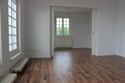 Wohnzimmer mit Tür