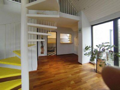 Treppe zur oberen Ebene und Blick auf die Küche