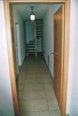 Flur mit Treppe innerhalb der Wohnung