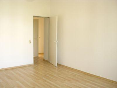 1 gr. Zimmer auf der Str.-seite mit langen Wänden