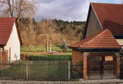 Sep. Garten mit Garage gegenüber dem Wohnhaus