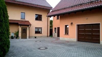 Einfamilienhaus und Nebengebäude