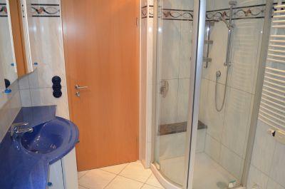 Dusche und Waschtisch