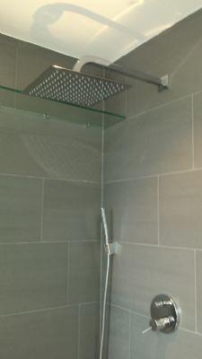 barrierefreies Duschen mit großer Duschbrause