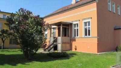 Gartenseite mit Blick zum Nebenhaus