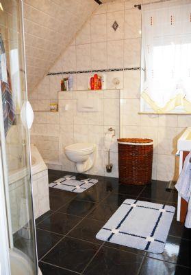 Badezimmer mit Dusche und Badewanne im DG