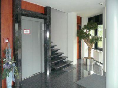 Aufzug und Treppe EG