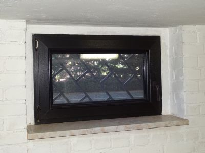 Kellerfenster von außen vergittert