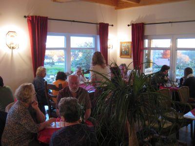 """Besucher im Café """"Klatschmohn"""""""