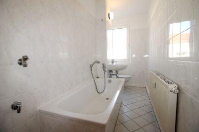 Tageslichtbad mit Waschmaschinenplatz und Fenster