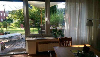 Esszimmer mit Terrassentür auf Holzterrasse