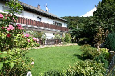 Hausansicht mit Terrasse und Garten