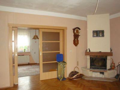 Wohnzimmer mit Kamin und Schiebetür