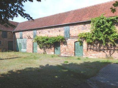 Gebäude mit Hühner- Pferde- und Schweinestall