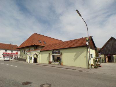 Hauptgebäude mit Toranlage und Nebengebäude