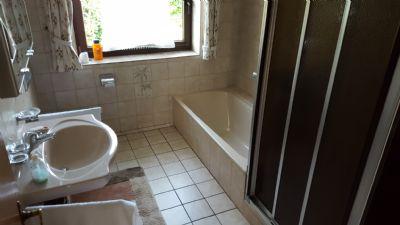 Badezimmer - mit Wanne und Dusche