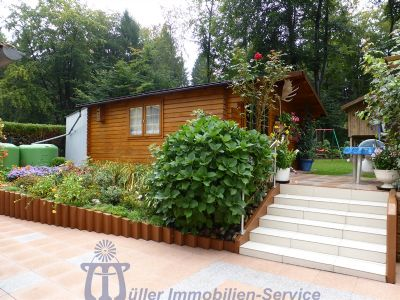 Terrasse und Holzblockhaus