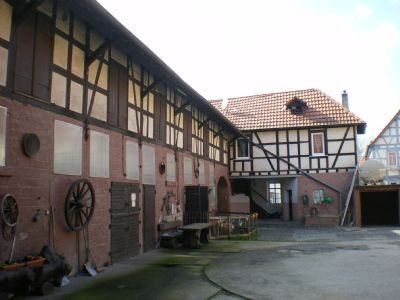 Stallgebäude mit Torhaus