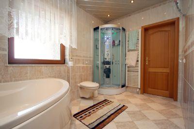 Das Bad mit Saunaraum im EG