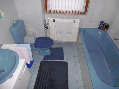 Tageslichtbad mit Wanne u. WC