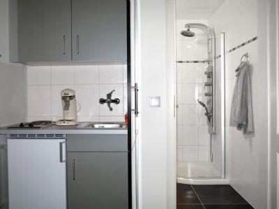 Küche mit Blick in die Dusche