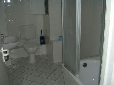 Bad mit Wanne (mit Duschaufsatzwand)