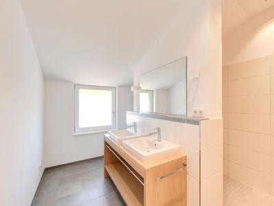 Badezimmer mit maßgeschneiderten Unterschränken vo