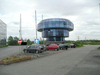 Gebäude und Parkfläche