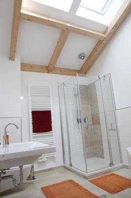 helles Bad mit elektrischen Dachfenstern