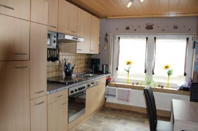 Die Küche mit Essbereich und Abstellraum