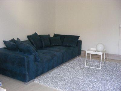 riesige Couch im Wohnraum