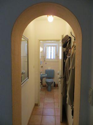 Diele mit Garderobe und WC