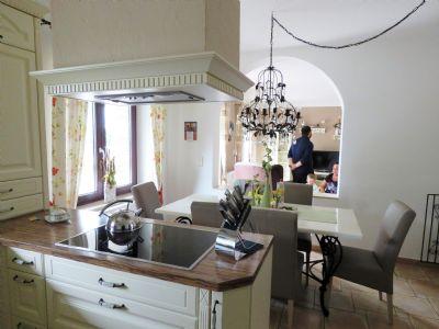 Blick von der Küche auf den Essplatz u. Wohnzi.
