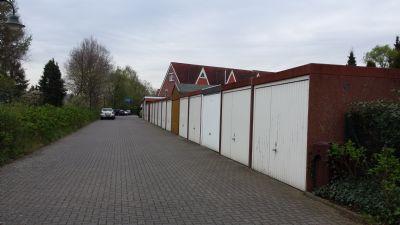 Einfahrt und Garagen. Die Häuser folgen dahinter.