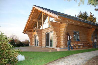 wohnen im massiven naturstamm blockhaus einfamilienhaus. Black Bedroom Furniture Sets. Home Design Ideas