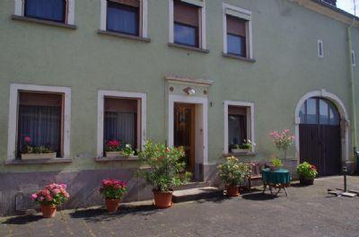 Außenansicht mit Nebengebäude und Hoffläche