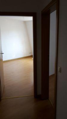 vom Flur zu Wohnzimmer und Schlafzimmer (rechts)