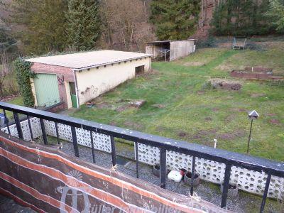 Blick von Balkon OG auf Garten und Garage