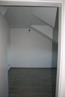 dachgeschoss mit sichtbalken im erstbezug mit garage und kurzfristig beziehbar etagenwohnung. Black Bedroom Furniture Sets. Home Design Ideas