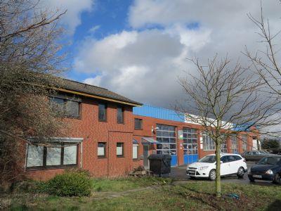 links: Bürogebäude, rechts: Werkstatt