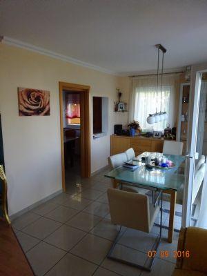 Esszimmer mit Tür zur Küche