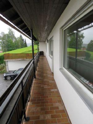 überdachter und gefliester Balkon